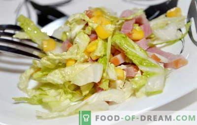 Salāti ar Pekinas kāpostiem un šķiņķi ir vieglas uzkodas. Receptes salātiem ar ķīniešu kāpostiem un šķiņķi: vienkāršs un slāņains
