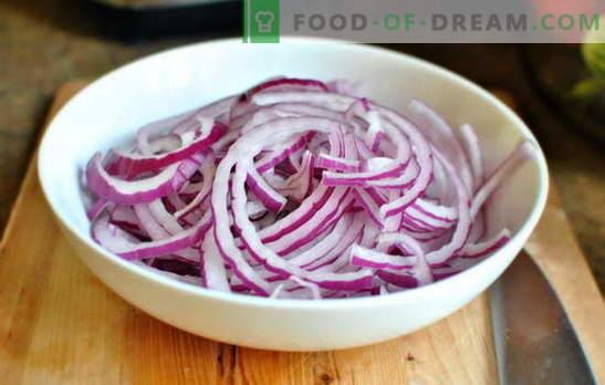 Marinēti sīpoli pīrāgi, salāti un karstie ēdieni. Pieredzējušu mājsaimniecību receptes: kā sīpolus sālīt mājās